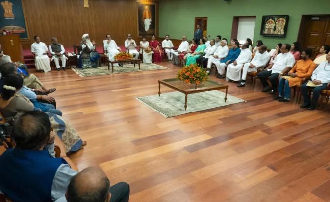 Isha简讯丨萨古鲁对话印度副总统Venkaiah Naidu
